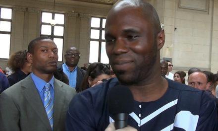 Kémi Séba au commissariat spécial de l'aéroport en attendant son expulsion